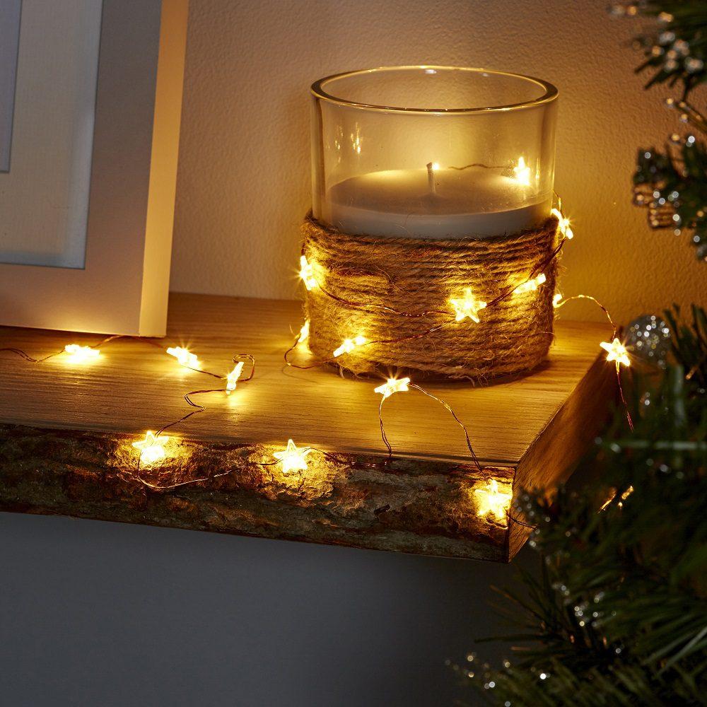 Yeni yıl dekorasyonu için ışıklı mumlar.