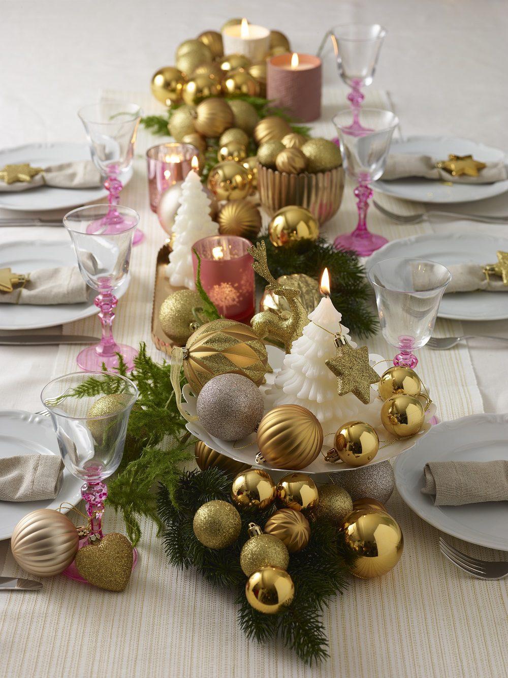 Yılbaşından kalan süsler ile masa dekore etmek.