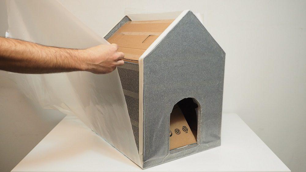 Kedi, köpek kulübelerini naylonla kaplayıp korunaklı hale getirmek.