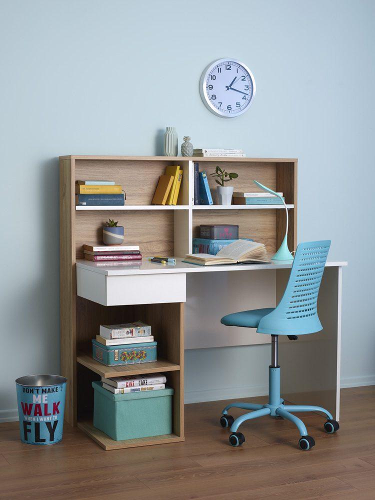 Çalışma odasında açık tonlarda duvar rengi kullanımı.