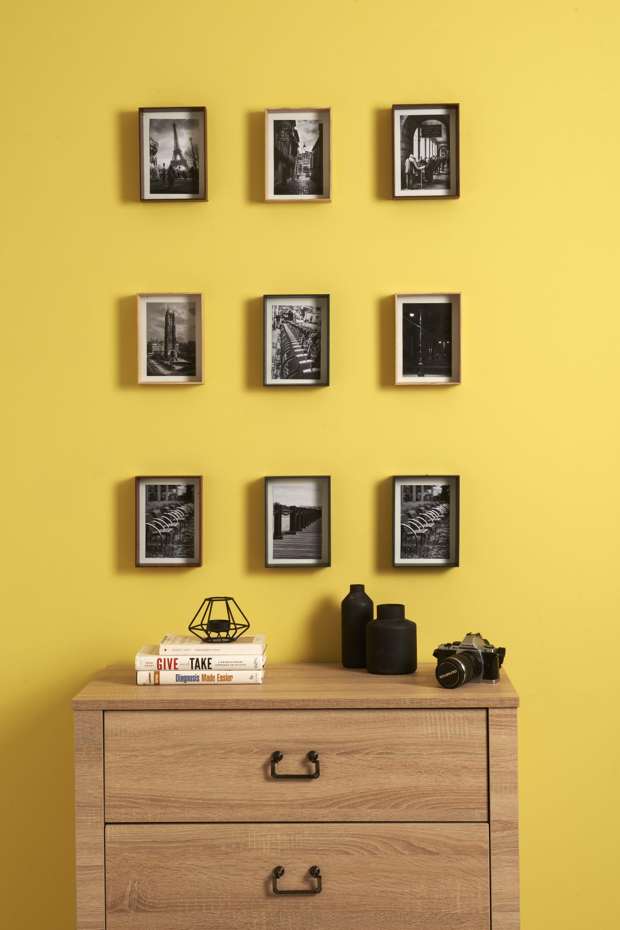 Çerçevelerle duvarları süsleyebilirsiniz.