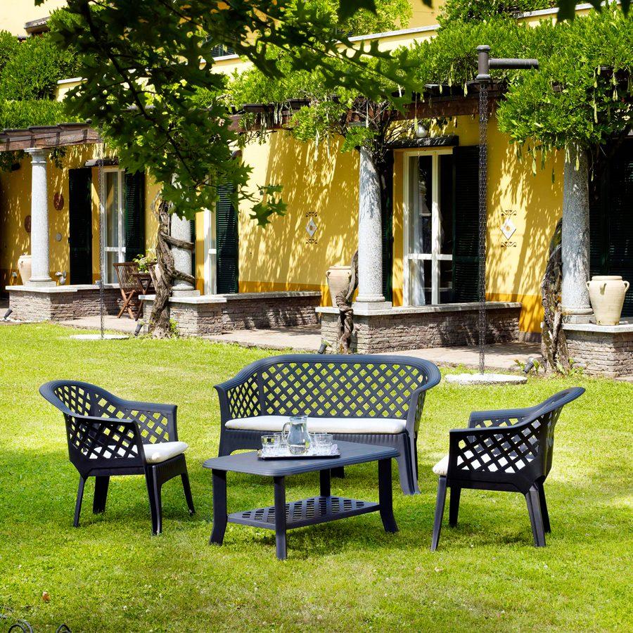 Bahçe mobilyaları kullanımı.