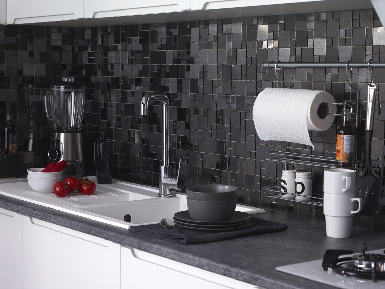 Mutfak için koyu renk seramikler.