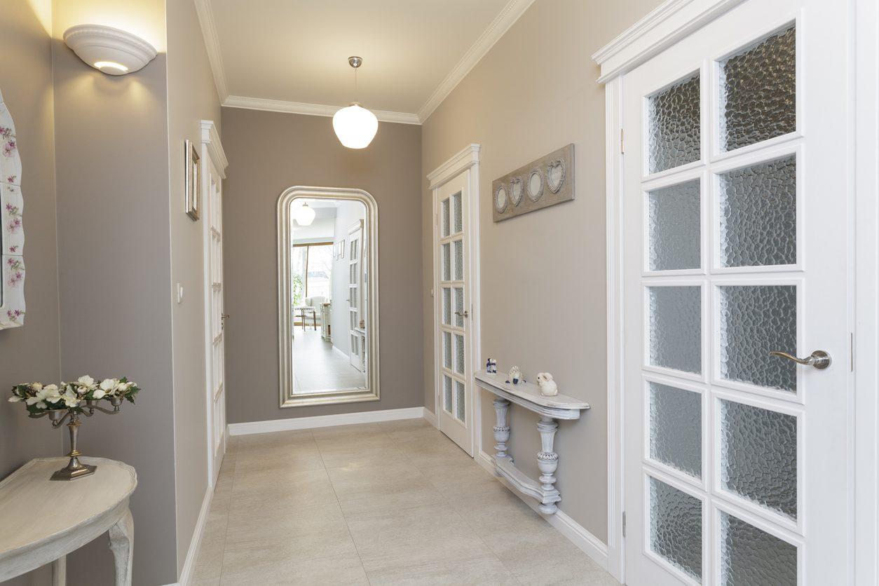 Koridor dekorasyonunda duvar aksesuarları nasıl kullanılmalı?