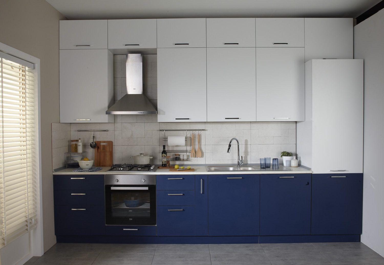 Küçük mutfak dekorasyonunda akastre kullanımı.