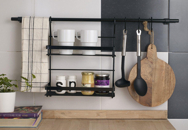 Küçük mutfak dekorasyonunda raf kullanımı.