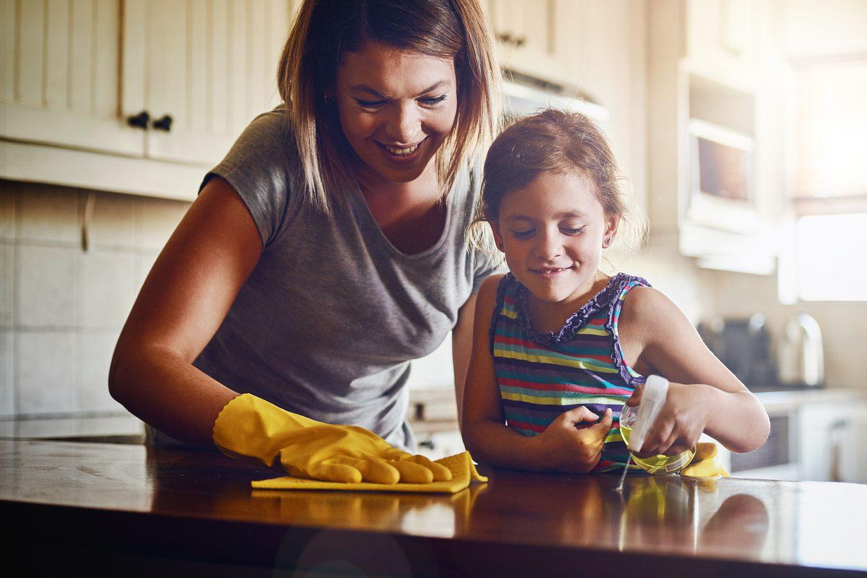 Anne ve kız masa siliyor