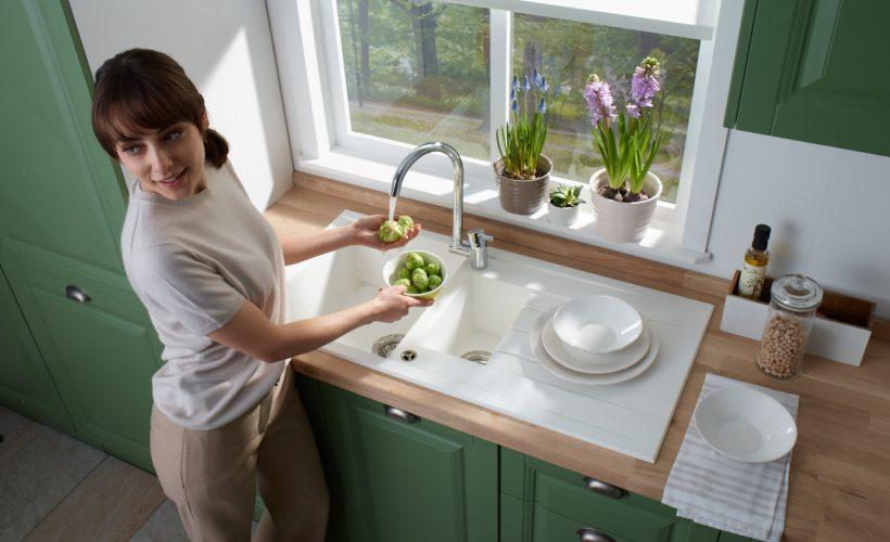 Enginar yıkayan kadın