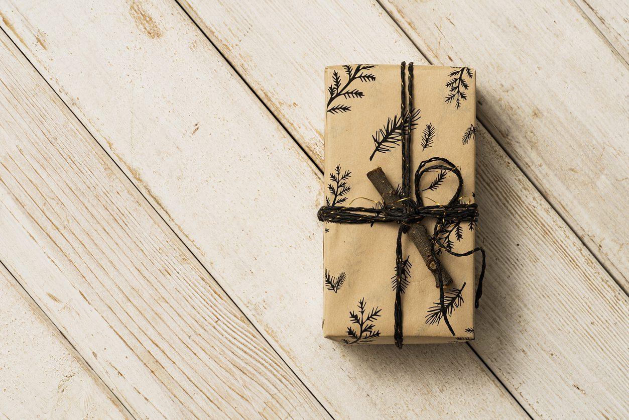 Ağaç desenli hediye paketi