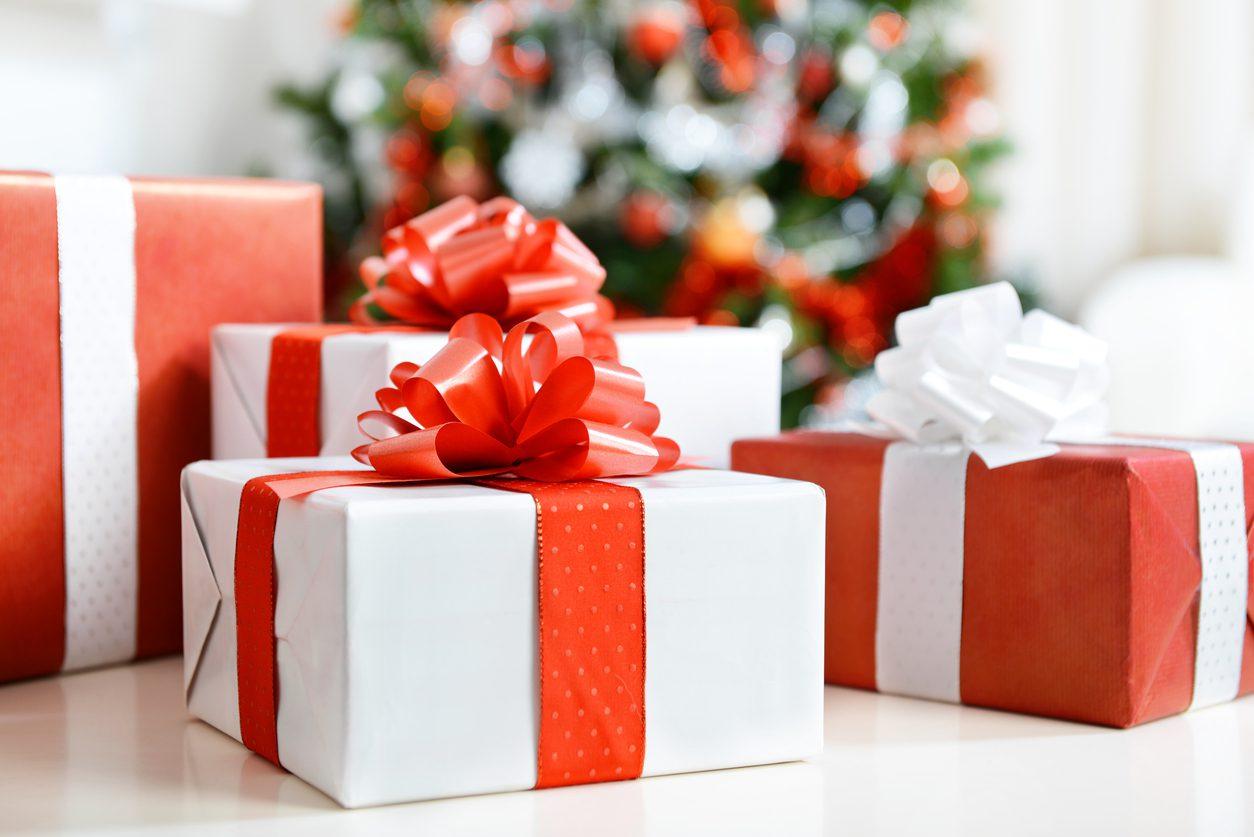 Beyaz kağıt ile paketlenmiş yılbaşı hediyeleri