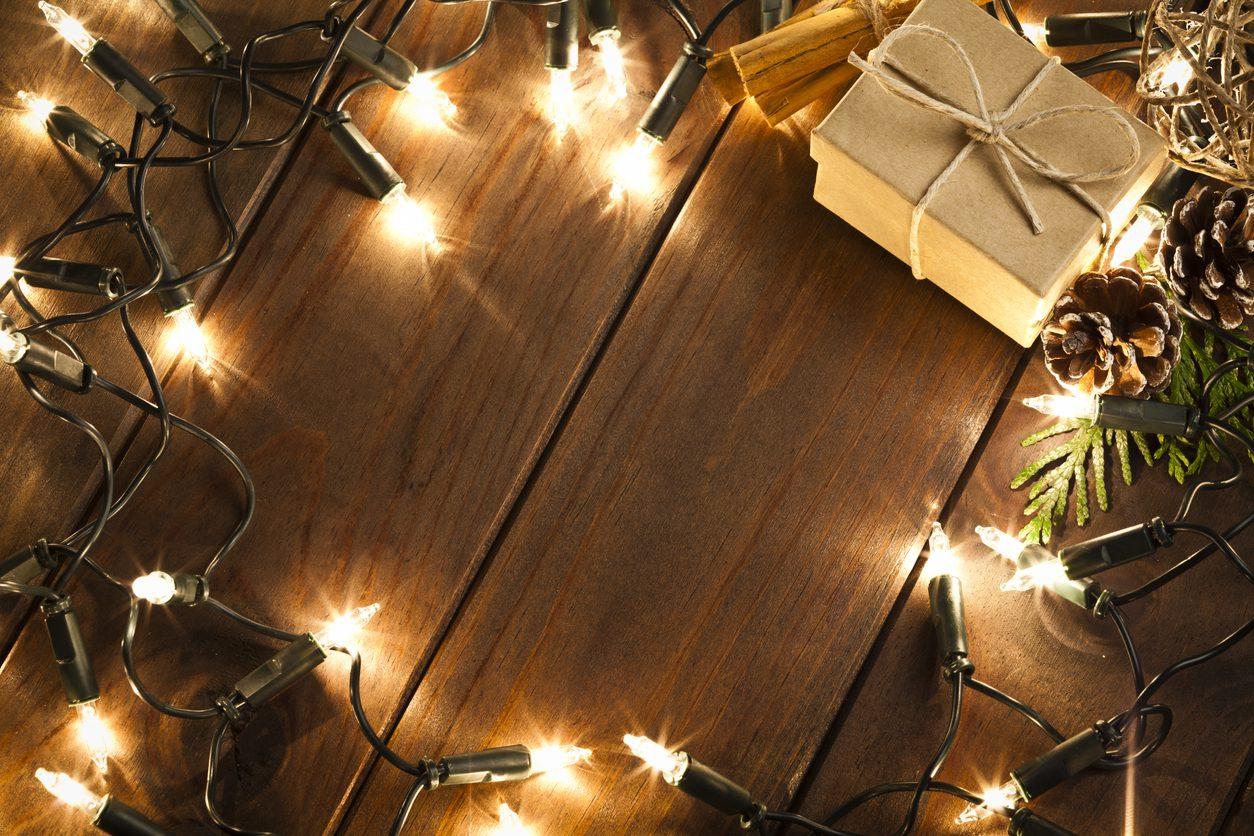 Işıkların arasında yer alan hediye paketi