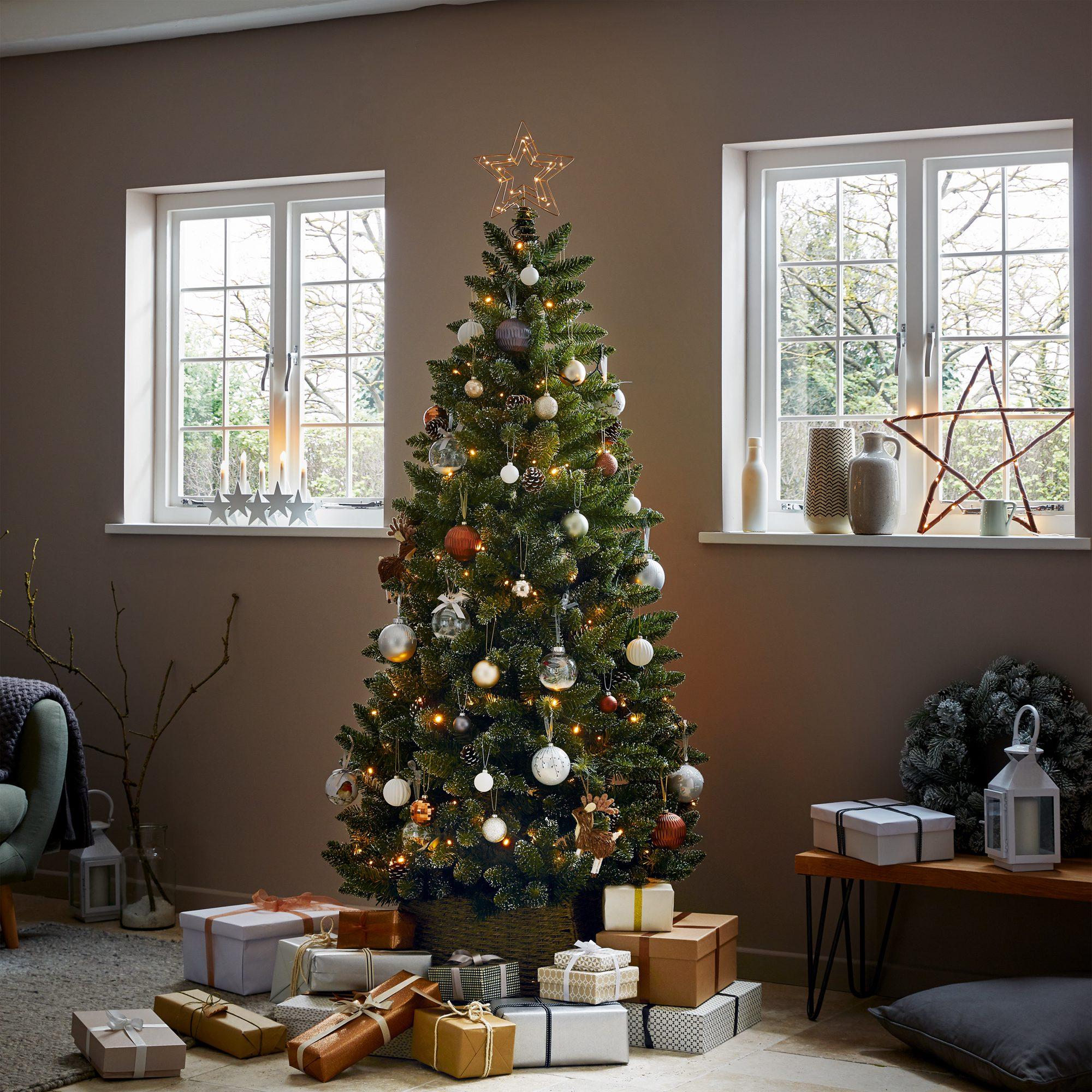 Yılbaşı ağacı altında duran hediye paketleri