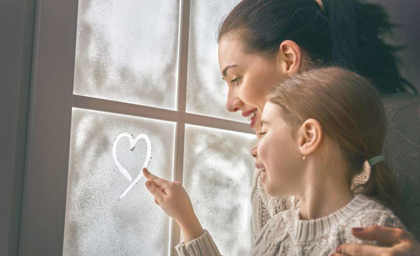Annesi ile cama kalp çizen kız