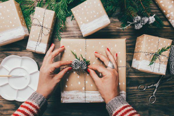 Misafirliğe giderken hediye götürmek.