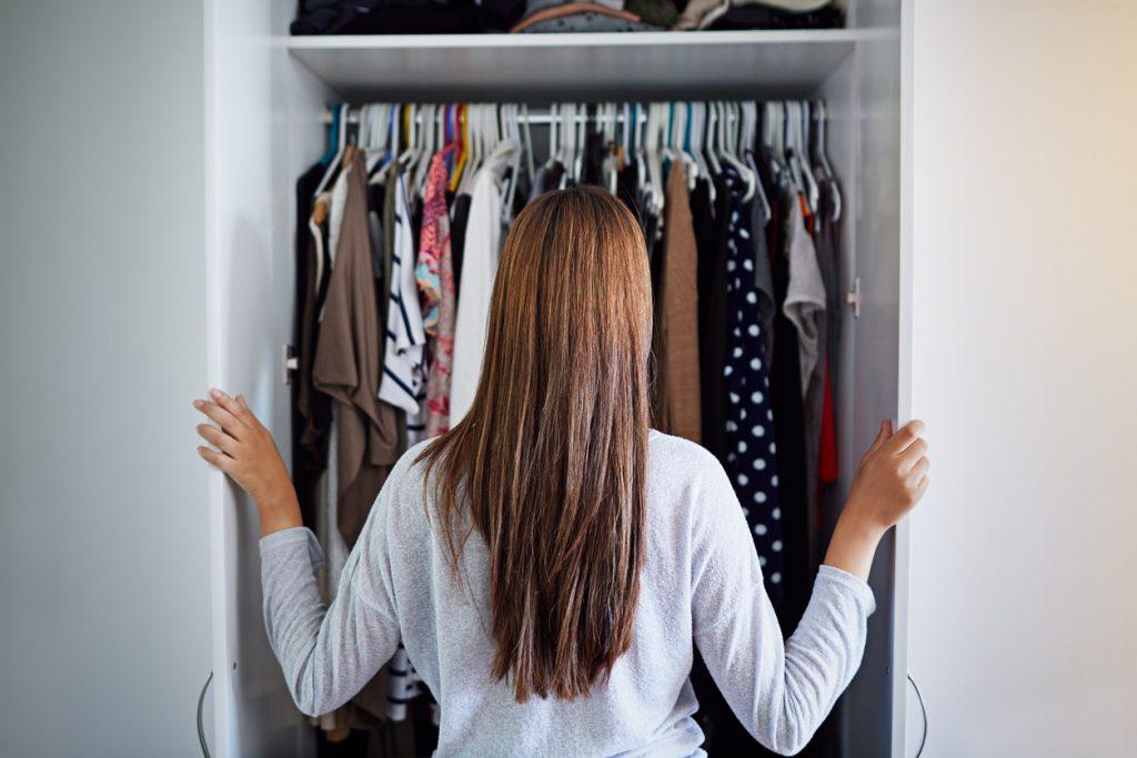 4. Fazlalıklardan Kurtulun Kalın giysilerinizi kaldırıp hafiflediniz, ama evinizin de hafiflemeye hakkı var! Çalışır ve kullanılabilir durumda olan, kullanmadığınız ürünleri mobil uygulamalar veya internet siteleri üzerinden satabilir ya da ihtiyacı olanlara verebilirsiniz. Mutfağınızda uzun süredir duran kavanozları geri dönüşüm kutularına atabilirsiniz. Ayrıca o sakladığınız faturaları da atmanın vakti geldi! Evinizde fazlalık olan ne varsa kurtulmalı ve yeni ev düzenine merhaba demelisiniz.